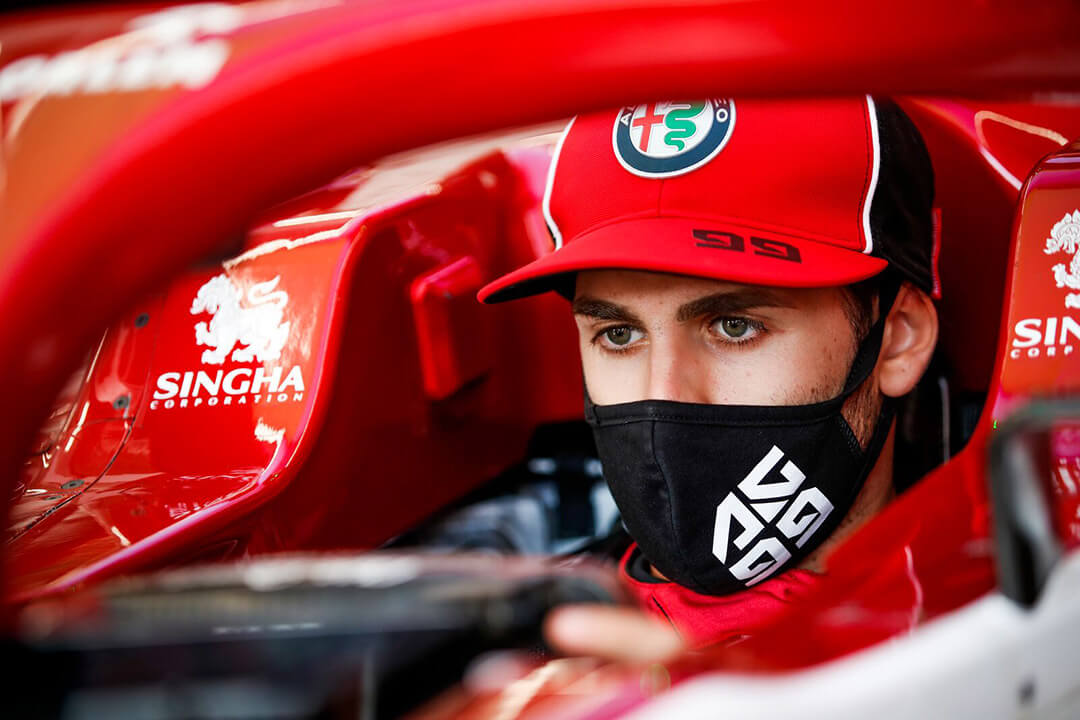 أنتونيو جوفيناتزي سائق فريق ألفا روميو فورمولا 1